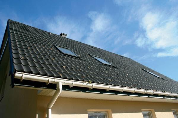 желоба для отвода ливневых стоков с двухскатной крыши